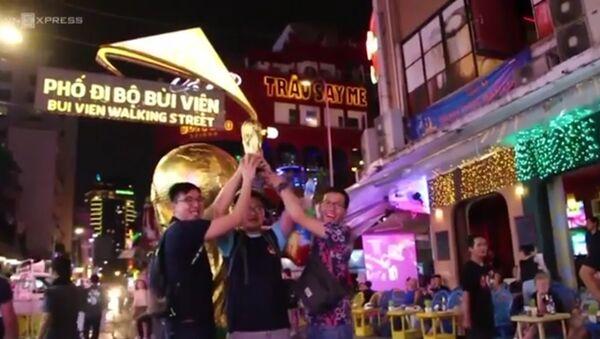Hướng về World Cup tại Nga: Cúp vàng khổng lồ khuấy động phố Tây Sài Gòn - Sputnik Việt Nam