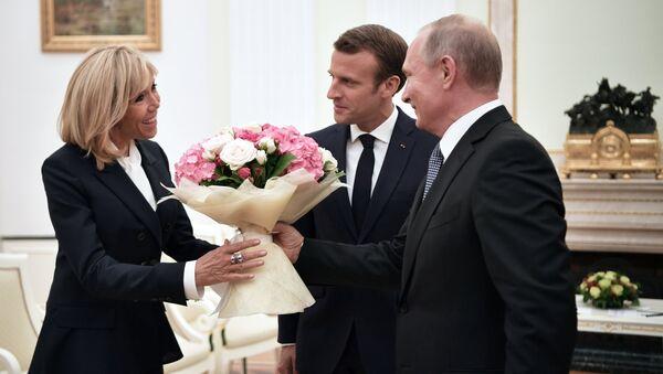 Tổng thống Nga Vladimir Putin trao tặng đệ nhất phu nhân Pháp - bà Brigitte Macron – một bó hoa - Sputnik Việt Nam