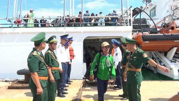 Lực lượng biên phòng tỉnh Bà Rịa - Vũng Tàu trong một lần tiếp nhận ngư dân Việt Nam được Indonesia trao trả - Sputnik Việt Nam