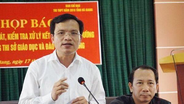 Ông Mai Văn Trinh (trái) - Cục trưởng Cục Quản lý chất lượng (Bộ GD&ĐT) - thông tin về sai phạm của vụ điểm thi Hà Giang - Sputnik Việt Nam