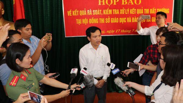 Ông Mai Văn Trinh, Cục trưởng Cục Quản lý chất lượng, Bộ GD và ĐT thông tin cho báo chí tại buổi họp báo. - Sputnik Việt Nam