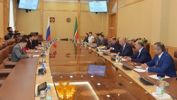 Ông Minnikhanov hôm thứ Tư đã gặp Đại sứ nước Cộng hoà xã hội chủ nghĩa Việt Nam tại Liên bang Nga Ngô Đức Mạnh - Sputnik Việt Nam