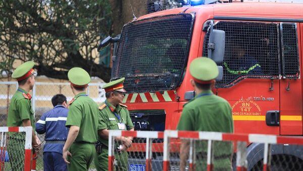 Lực lượng chức năng dựng rào chắn thắt chặt an ninh xung quanh phiên xử. - Sputnik Việt Nam