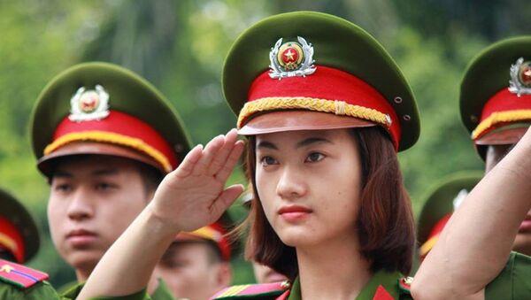 Nữ chiến sĩ cảnh sát thuộc trung đoàn PK20, Công an TP. Hà Nội nghiêm trang làm lễ chào cờ. - Sputnik Việt Nam