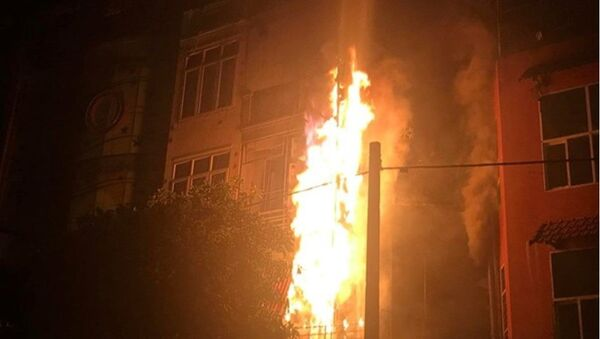 Ngọn lửa bao trùm biển quảng cáo và hệ thống cục nóng nằm phía bên ngoài toà nhà - Sputnik Việt Nam
