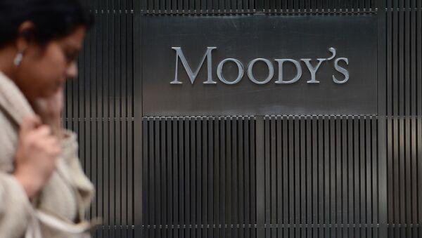 Logo của hãng xếp hạng Moody's trước trụ sở chính ở New York - Sputnik Việt Nam