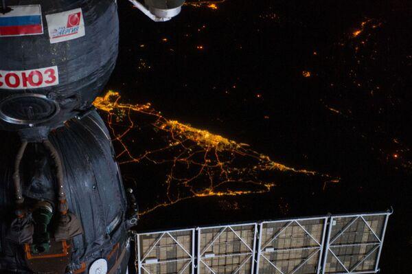 Tàu Soyuz trên nền Trái đất ban đêm - Sputnik Việt Nam