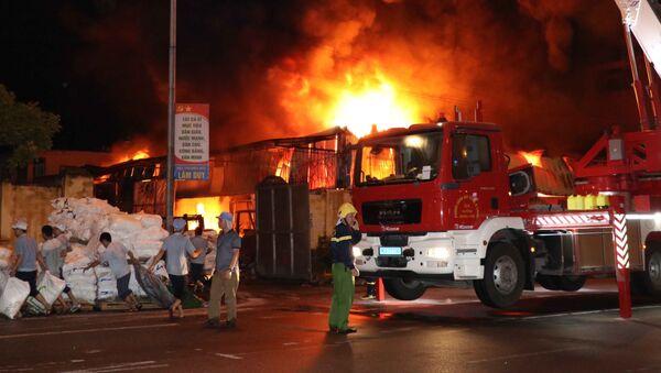 Lực lượng chữa cháy tiến hành chữa cháy tại nhà máy Nhựa và chợ Gạo ở thành phố Hưng Yên. - Sputnik Việt Nam