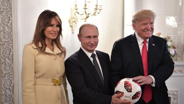 Tổng thống Nga Vladimir Putin trao tặng trái bóng với biểu tượng World Cup 2018 cho người đứng đầu Nhà Trắng Donald Trump - Sputnik Việt Nam