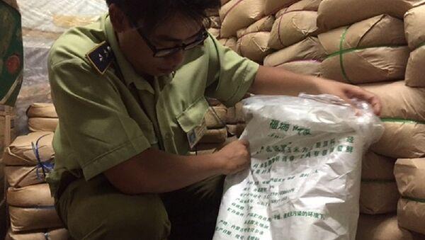 Lực lượng quản lý thị trường kiểm tra bột ngọt đựng trong bao bì toàn tiếng Trung Quốc. - Sputnik Việt Nam