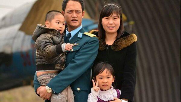 Phi công Khuất Mạnh Trí bên gia đình - Sputnik Việt Nam