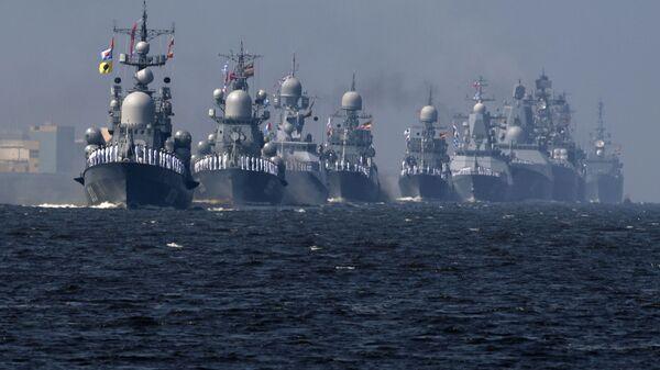 Tàu của Hải quân Nga tại buổi diễn tập diễu hành vinh danh Ngày Hải quân ở Kronstadt - Sputnik Việt Nam