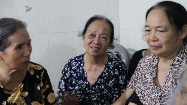 Bà Bích (giữa) đau xót khi nói về người con vừa mới hy sinh. - Sputnik Việt Nam