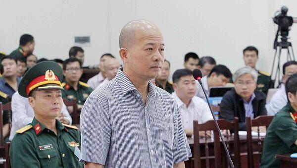 Bị cáo Đinh Ngọc Hệ, nguyên Phó Tổng giám đốc Tổng Công ty Thái Sơn (Bộ Quốc phòng) tại phần kiểm tra căn cước trước Tòa. - Sputnik Việt Nam