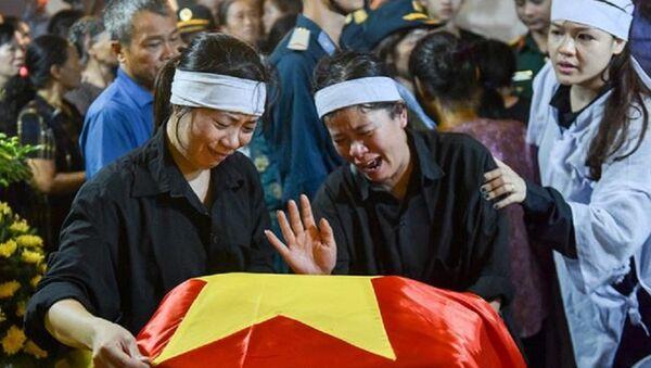 Người thân phi công Phạm Giang Nam van khóc bên di hài anh - Sputnik Việt Nam