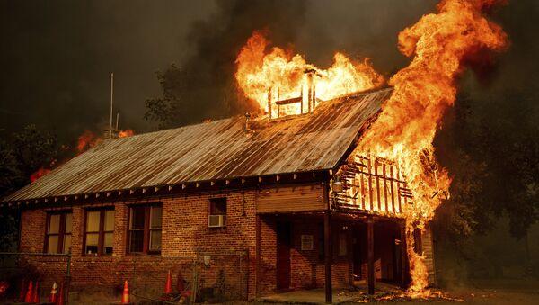 Tòa nhà trong vụ cháy rừng ở California - Sputnik Việt Nam