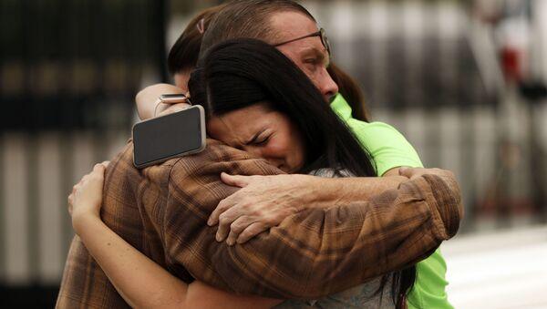 Bạn bè gia đình Bledso thương tiếc trước cái chết của Melody Bledso và những đứa cháu bà, chết trong ngôi nhà vì cháy rừng, California - Sputnik Việt Nam