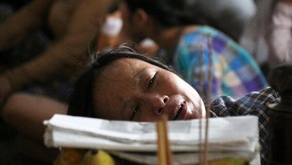 Người thân khóc ngất bên thi thể vợ chồng ông Nguyền - Sputnik Việt Nam