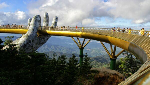 Cầu Vàng dài 150 mét trên khu nghỉ mát Ba Na Hills, Đà Nẵng, Việt Nam - Sputnik Việt Nam