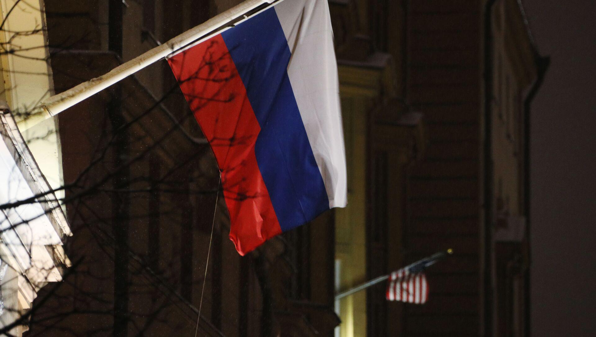 Флаги России и США на здании посольства США - Sputnik Việt Nam, 1920, 15.09.2021