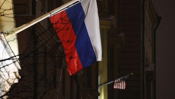 Флаги России и США на здании посольства США - Sputnik Việt Nam