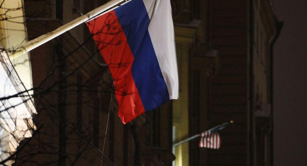 Флаги России и США на здании посольства США.