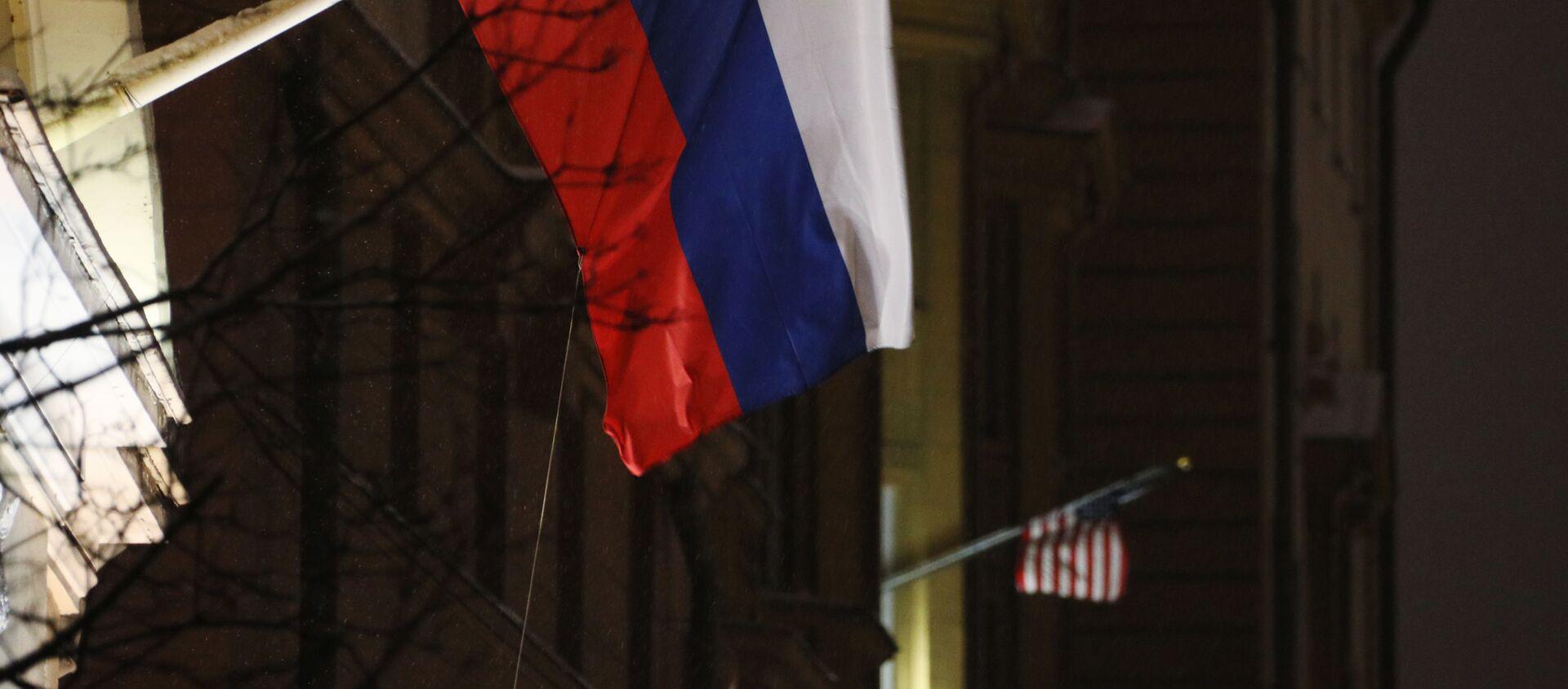 Флаги России и США на здании посольства США - Sputnik Việt Nam, 1920, 05.03.2021