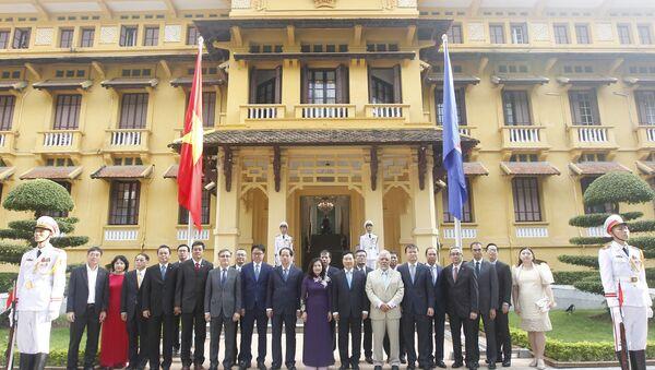 Phó Thủ tướng, Bộ trưởng Bộ Ngoại giao Phạm Bình Minh với các đại biểu dự lễ Thượng cờ ASEAN. - Sputnik Việt Nam