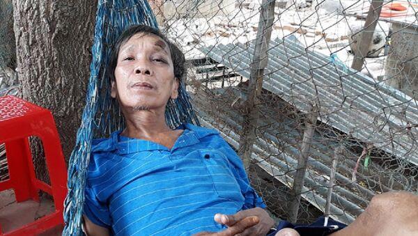 Ông Sự (cha nạn nhân) đập đầu vào tường khi nghe tin con gái bị giết, giấu xác dưới chậu kiểng - Sputnik Việt Nam