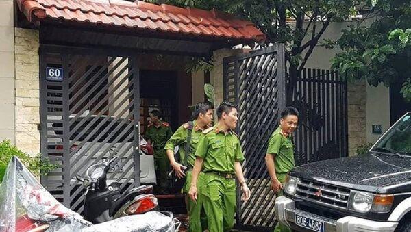 Cơ quan công an rời khỏi nhà ông Phan Ngọc Thạch sau khi khám xét. - Sputnik Việt Nam