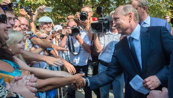 Tổng thống Nga Vladimir Putin giao lưu với nhân dân địa phương  khi thăm  Sevastopol - Sputnik Việt Nam