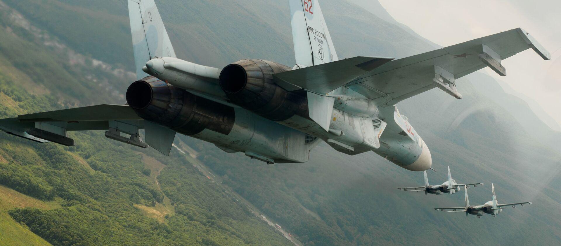 Máy bay chiến đấu đa năng Su-27 của Nga trong chuyến bay trình diễn tại trung đoàn hàng không của Quân khu Đông Nam vinh danh kỷ niệm 105 năm Ngày Không quân Nga - Sputnik Việt Nam, 1920, 12.03.2021