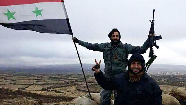 Солдаты сирийской армии с флагом Сирии - Sputnik Việt Nam