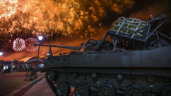 Pháo hoa tại lễ bế mạc của ArMY-2018 trên thao trường Alabino ở ngoại ô Moskva - Sputnik Việt Nam