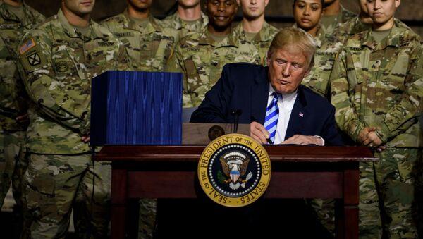 Tổng thống Mỹ Donald Trump vào ngày thứ Hai 13-8-2018 đã ký ngân sách quốc phòng Mỹ - Sputnik Việt Nam