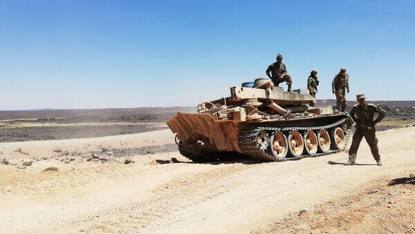 Quân đội Syria chiến đấu trong sa mạc bằng thiết bị quân sự của Liên Xô - Sputnik Việt Nam