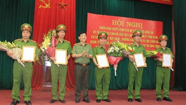 Thứ trưởng Nguyễn Văn Sơn trao Quyết định của Bộ trưởng Bộ Công an cho các đồng chí lãnh đạo thuộc Tổng cục VIII nghỉ công tác. - Sputnik Việt Nam