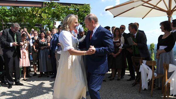 Tổng thống Putin khiêu vũ với cô dâu Ngoại trưởng Áo Karin Kneissl - Sputnik Việt Nam