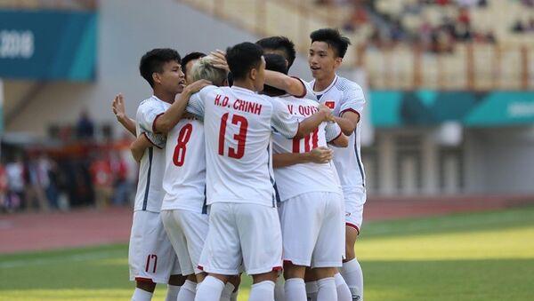 Các cầu thủ Olympic Việt Nam ăn mừng bàn thắng mở tỷ số ở phút thứ 2 của tiền vệ Quang Hải. - Sputnik Việt Nam
