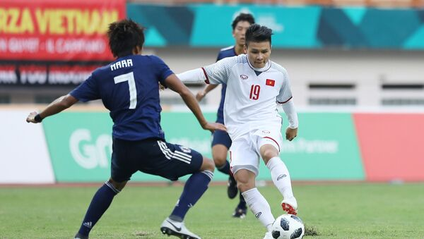 Tiền vệ Quang Hải (19) trong một pha tranh bóng với cầu thủ đội tuyển Olympic Nhật Bản. - Sputnik Việt Nam