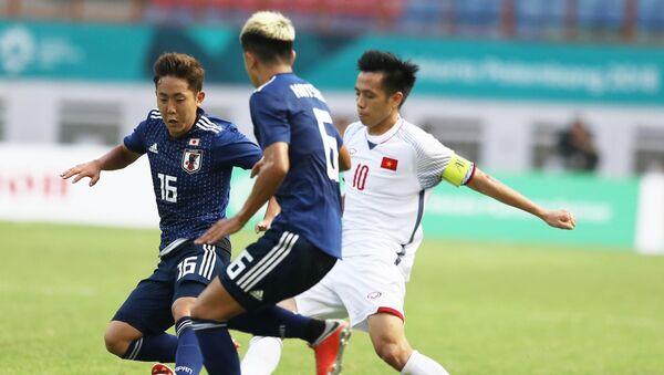 Pha tranh bóng giữa cầu thủ Văn Quyết (số 10, Olympic Việt Nam) và cầu thủ đội tuyển Olympic Nhật Bản. - Sputnik Việt Nam