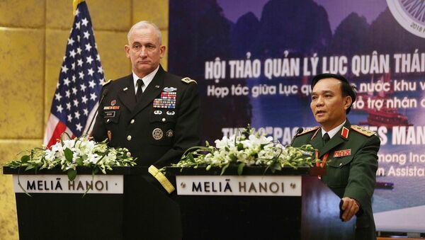 Thượng tướng Phạm Hồng Hương, Phó Tổng Tham mưu trưởng Quân đội nhân dân Việt Nam trả lời câu hỏi của các phóng viên. - Sputnik Việt Nam