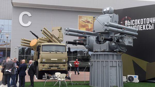 Зенитный ракетно-пушечный комплекс Панцирь-С1 (слева) и корабельный зенитный ракетно-артиллерийский комплекс Панцирь-МЕ на выставке «Армия России – завтра» в рамках IV Международного военно-технического форума «Армия-2018» в Кубинке - Sputnik Việt Nam