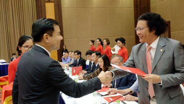 Trong khuôn khổ lễ ký kết thỏa thuận hợp tác với các trường đại học khoa học - công nghệ Việt Nam vào ngày 21/8, Tập đoàn Vingroup đã chính thức ra mắt Công ty Phát triển Công nghệ VinTech, Viện Nghiên cứu Dữ liệu lớn, Viện Nghiên cứu Công nghệ cao và Quỹ Hỗ trợ Nghiên cứu Khoa học - Công nghệ Ứng dụng. - Sputnik Việt Nam