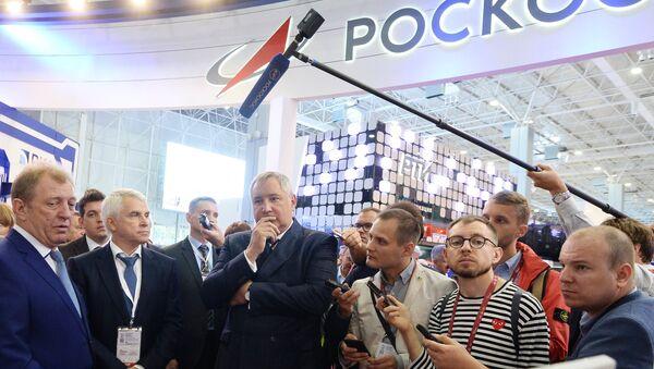 Lãnh đạo Roskosmos Dmitry Rogozin tại diễn đàn Quân đội-2018 - Sputnik Việt Nam