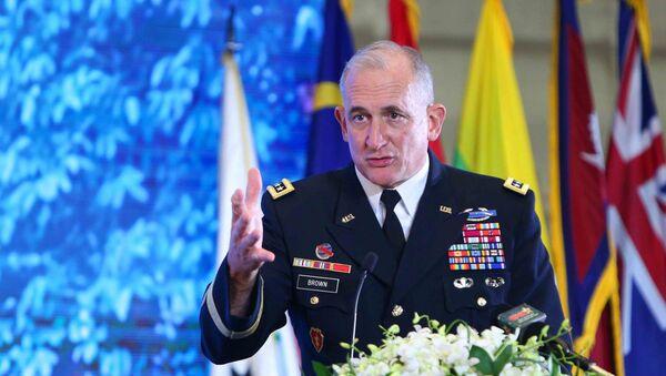 Đại tướng Robert B.Brown, Tư lệnh Bộ Tư lệnh Lục Quân Thái Bình Dương Hoa Kỳ phát biểu tại lễ bế mạc. - Sputnik Việt Nam