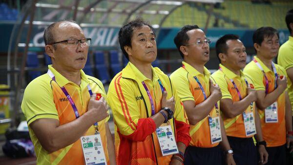 Ban huấn luyện đội tuyển Olympic Việt Nam hát quốc ca. - Sputnik Việt Nam