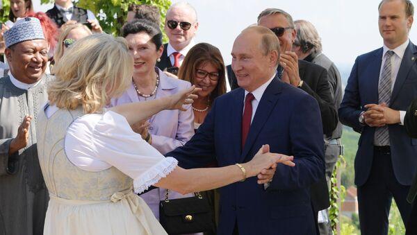 Tổng thống Vladimir Putin khiêu vũ với Ngoại trưởng Áo Karin Kneissl trong đám cưới của bà - Sputnik Việt Nam