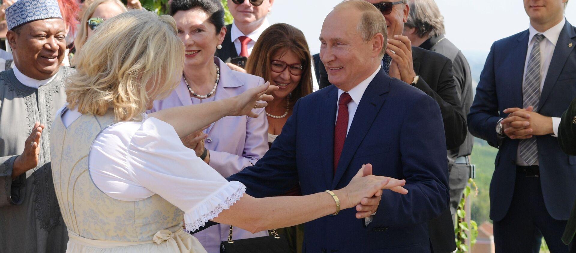Tổng thống Vladimir Putin khiêu vũ với Ngoại trưởng Áo Karin Kneissl trong đám cưới của bà - Sputnik Việt Nam, 1920, 09.03.2019