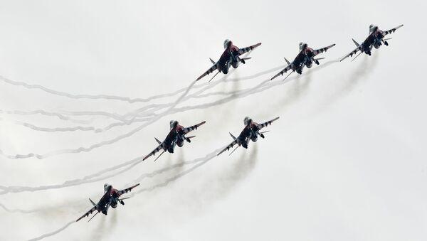 """Máy bay chiến đấu MiG-29 của đội nhào lộn """"Những con chim yến"""" bay trình diễn trong khuôn khổ Diễn đàn """"Quân đội 2018"""" - Sputnik Việt Nam"""